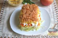 Фото приготовления рецепта: Слоеный салат из редьки, с яблоками и кукурузой - шаг №9