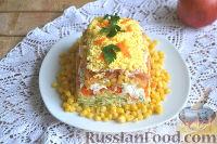 Фото приготовления рецепта: Слоеный салат из редьки, с яблоками и кукурузой - шаг №11
