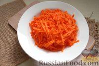 Фото приготовления рецепта: Салат из редьки, моркови и перца - шаг №3