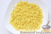 Фото приготовления рецепта: Слоеный салат «Крабы в шубе», с рисом и сухариками - шаг №2
