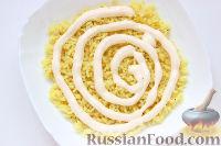 Фото приготовления рецепта: Слоеный салат «Крабы в шубе», с рисом и сухариками - шаг №3