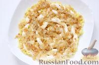 Фото приготовления рецепта: Слоеный салат «Крабы в шубе», с рисом и сухариками - шаг №4