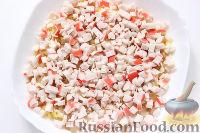 Фото приготовления рецепта: Слоеный салат «Крабы в шубе», с рисом и сухариками - шаг №5