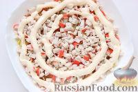 Фото приготовления рецепта: Слоеный салат «Крабы в шубе», с рисом и сухариками - шаг №6