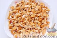 Фото приготовления рецепта: Слоеный салат «Крабы в шубе», с рисом и сухариками - шаг №7