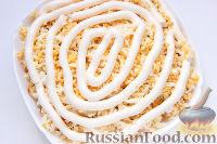 Фото приготовления рецепта: Слоеный салат «Крабы в шубе», с рисом и сухариками - шаг №8