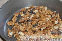 Фото приготовления рецепта: Салат из редьки, с курицей и орехами - шаг №2