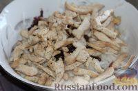 Фото приготовления рецепта: Салат из редьки, с курицей и орехами - шаг №9