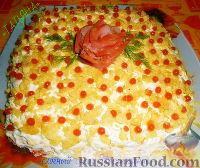 """Фото к рецепту: Слоёный салат """"Наслаждение"""" с красной рыбой"""