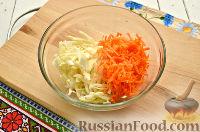 Фото приготовления рецепта: Салат с капустой и колбасой - шаг №2
