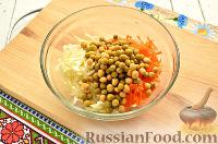 Фото приготовления рецепта: Салат с капустой и колбасой - шаг №3