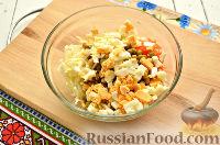 Фото приготовления рецепта: Салат с капустой и колбасой - шаг №4
