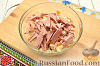 Фото приготовления рецепта: Салат с капустой и колбасой - шаг №5