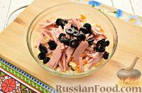 Фото приготовления рецепта: Салат с капустой и колбасой - шаг №6