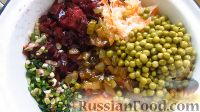 Фото приготовления рецепта: Винегрет с огурцами, квашеной капустой и горошком - шаг №4