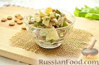 Фото к рецепту: Салат с ананасом, копченой курицей, грибами и сухариками
