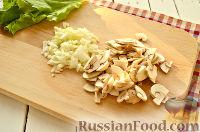 Фото приготовления рецепта: Салат с ананасом, копченой курицей, грибами и сухариками - шаг №2