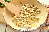 Фото приготовления рецепта: Салат с ананасом, копченой курицей, грибами и сухариками - шаг №3