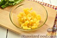 Фото приготовления рецепта: Салат с ананасом, копченой курицей, грибами и сухариками - шаг №4