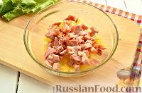 Фото приготовления рецепта: Салат с ананасом, копченой курицей, грибами и сухариками - шаг №5