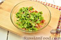 Фото приготовления рецепта: Салат с ананасом, копченой курицей, грибами и сухариками - шаг №6
