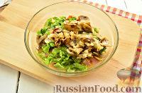 Фото приготовления рецепта: Салат с ананасом, копченой курицей, грибами и сухариками - шаг №7
