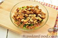 Фото приготовления рецепта: Салат с ананасом, копченой курицей, грибами и сухариками - шаг №8