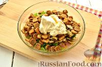 Фото приготовления рецепта: Салат с ананасом, копченой курицей, грибами и сухариками - шаг №9