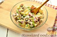 Фото приготовления рецепта: Салат с ананасом, копченой курицей, грибами и сухариками - шаг №10