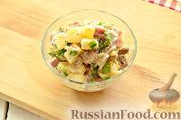 Фото приготовления рецепта: Салат с ананасом, копченой курицей, грибами и сухариками - шаг №11