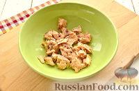 Фото приготовления рецепта: Салат с консервированной горбушей и свежим огурцом - шаг №2