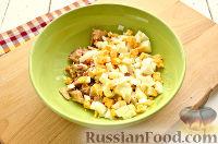 Фото приготовления рецепта: Салат с консервированной горбушей и свежим огурцом - шаг №3