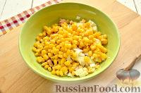 Фото приготовления рецепта: Салат с консервированной горбушей и свежим огурцом - шаг №4
