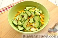 Фото приготовления рецепта: Салат с консервированной горбушей и свежим огурцом - шаг №5