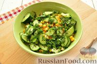 Фото приготовления рецепта: Салат с консервированной горбушей и свежим огурцом - шаг №6