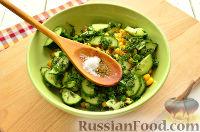Фото приготовления рецепта: Салат с консервированной горбушей и свежим огурцом - шаг №7