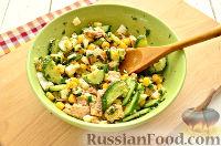 Фото приготовления рецепта: Салат с консервированной горбушей и свежим огурцом - шаг №8