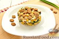 Фото приготовления рецепта: Салат с консервированной горбушей и свежим огурцом - шаг №9