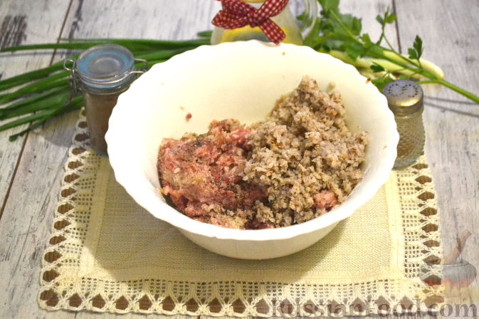 Фото приготовления рецепта: Яблочный тарт с заварным кремом и ореховой корочкой - шаг №5