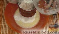 Фото приготовления рецепта: Быстрый бисквитный рулет с вареной сгущенкой и орехами - шаг №2
