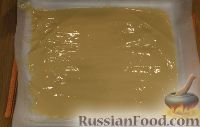 Фото приготовления рецепта: Быстрый бисквитный рулет с вареной сгущенкой и орехами - шаг №3