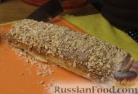Фото приготовления рецепта: Быстрый бисквитный рулет с вареной сгущенкой и орехами - шаг №6