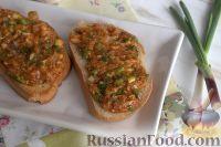 Фото к рецепту: Бутерброды с килькой в томате