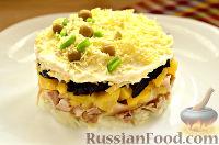 Фото к рецепту: Слоеный салат с курицей, ананасами и черносливом