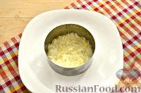 Фото приготовления рецепта: Слоеный салат с курицей, ананасами и черносливом - шаг №2