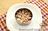Фото приготовления рецепта: Слоеный салат с курицей, ананасами и черносливом - шаг №3
