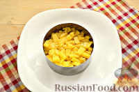 Фото приготовления рецепта: Слоеный салат с курицей, ананасами и черносливом - шаг №4