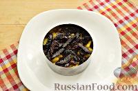 Фото приготовления рецепта: Слоеный салат с курицей, ананасами и черносливом - шаг №5