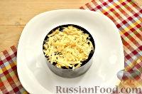 Фото приготовления рецепта: Слоеный салат с курицей, ананасами и черносливом - шаг №6