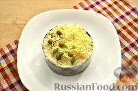Фото приготовления рецепта: Слоеный салат с курицей, ананасами и черносливом - шаг №10
